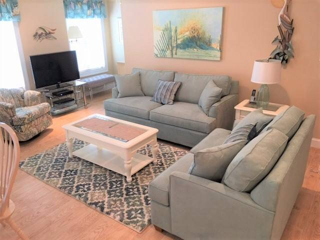 Beautiful Condo, 3BR 2BA Heated Pool, Weeks Still Available!